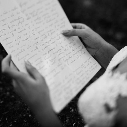 Девушка читает длинное признание в любви