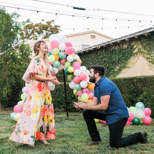Предложение руки и сердца с воздушными шарами