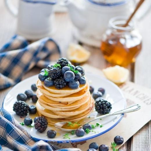 Романтичный завтрак с панкейками и ягодами