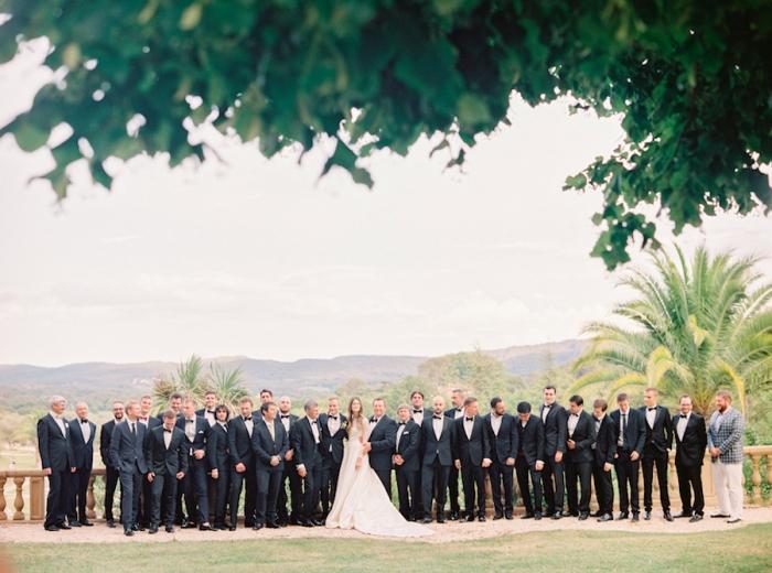 Фото невесты с гостями