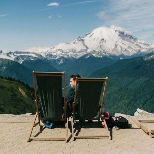 Романтичный вид на заснеженные горы