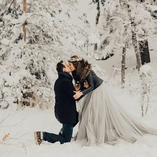 Романтичное предложение в лесу зимой