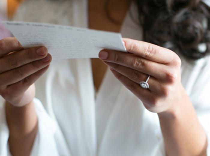 Девушка читает романтичное признание в любви