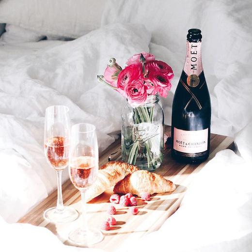 Оригинальный романтичный завтрак с круассанами и шампанским