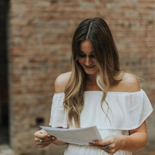 Девушка читает романтичное письмо с признанием
